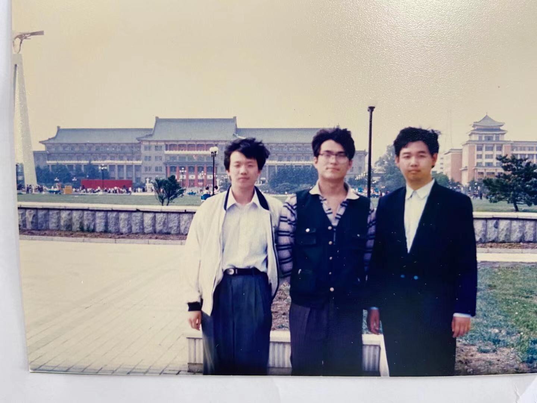 中间是书屋创办者之一张闯,右一是郑军,左一是吉大首届科幻协会会长陈建