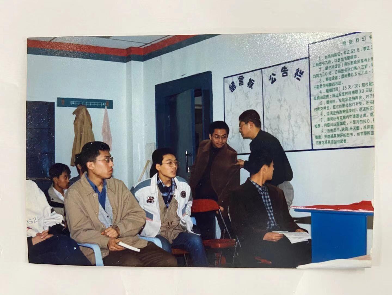 右二(跟王鑫说话者)是一个中学的科幻协会会长刘思奇,现在在美国,MIT博士