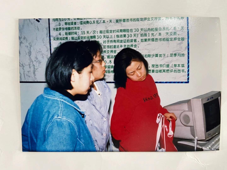 白求恩医科大学(当时)科幻协会会长袁媛(中间)、副会长王琨(左一蓝色外套),红色衣服是社会科幻爱好者孔馨炜