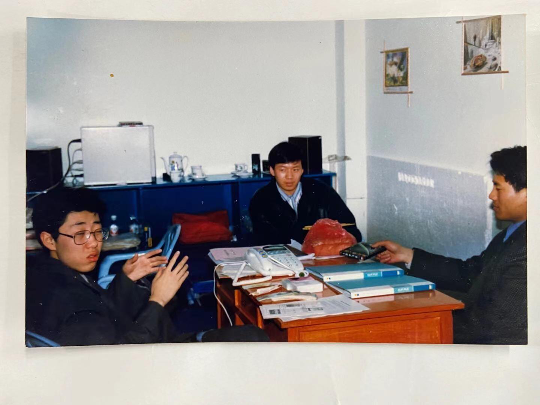 左一长春科技大学科幻协会会长。在书屋讨论活动
